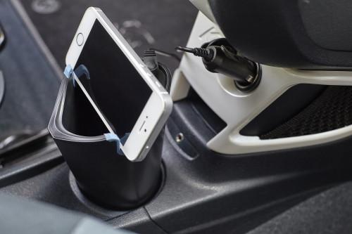 Becherhalter 'Car' aus Kunststoff, mit 3 Fächern für Telefon, Ladegerät und Münzen, zusätzliches Kartenfach - Bild vergrößern